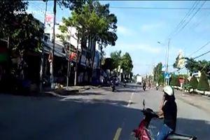 Người phụ nữ suýt bị tông vì mãi nghe điện thoại khi qua đường
