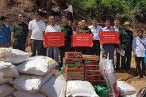 Hỗ trợ gạo và nhu yếu phẩm cho người dân Lào bị lũ lụt