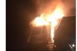 Xe tải bốc cháy dữ dội trên Quốc lộ 1, tài xế thoát chết
