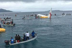 Máy bay chở 47 người trượt khỏi đường băng, lao xuống biển