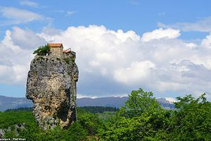 Choáng ngợp các công trình kỳ quan thế giới lưng chừng trên núi đá