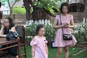 Vụ cô gái tử vong vì khung sắt công trình rơi trúng: Con gái nạn nhân khóc đòi mẹ