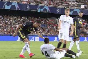 C.Ronaldo thoát án phạt nặng sau vụ túm tóc đối thủ!