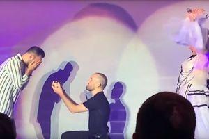 Christina Aguilera giúp đôi đồng tính nam cầu hôn trên sân khấu