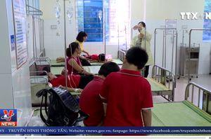 Hàng chục học sinh tiểu học nhập viện nghi do ngộ độc thực phẩm