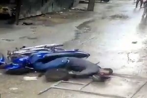 Clip: Giàn giáo rơi xuống đầu người đi đường ở Ấn Độ