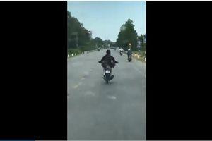 Clip: Hãi hùng cảnh nam thanh niên lái xe máy bằng chân trên đường phố