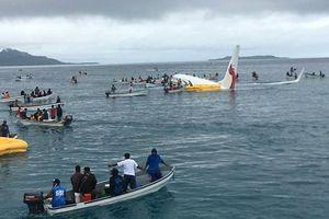 50 hành khách thoát chết khi máy bay trượt khỏi đường băng rơi xuống biển