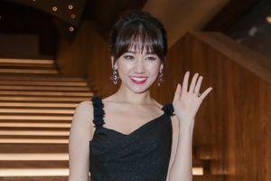 'Bỏ quên' Trấn Thành, Hari Won xinh như hoa rạng ngời dự sự kiện
