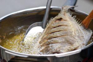Tuyệt chiêu rán cá không lo bắn dầu lại vàng thơm, bắt mắt chỉ nhờ thìa gia vị có sẵn