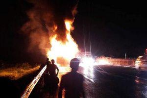 Xe tải bốc cháy ngùn ngụt giữa QL1, tài xế bung cửa thoát thân