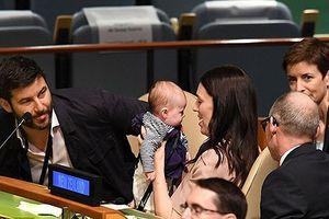 Khoảnh khắc đáng yêu của Thủ tướng New Zealand và con gái ở Liên Hợp Quốc