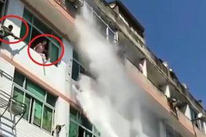 Clip: Lính cứu hỏa 'hạ gục' cô gái đòi tự tử trong 10 giây theo cách không tưởng