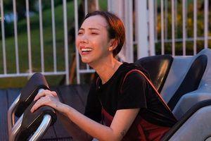 Thu Trang khóc thét khi bị Tiến Luật lừa chơi tàu lượn siêu tốc một mình