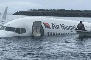 Papua New Guinea: Máy bay trượt khỏi đường băng, lao xuống biển