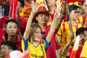 CĐV Hải Phòng lặn lội đến sân Thiên Trường cổ vũ chủ nhà Nam Định
