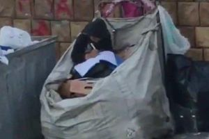 Bé gái tị nạn ngồi học trên bãi rác khiến nhiều người xúc động