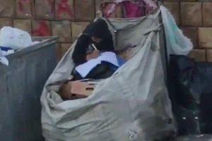 Cô bé 11 tuổi ngồi học trên bãi rác