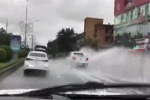 Ôtô vượt ẩu khiến nước mưa bắn mạnh vào các xe khác