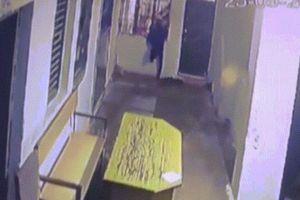 Trộm trốn thoát theo cách không ngờ khi cảnh sát ngủ quên