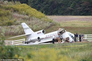 Máy bay chở khách trượt khỏi đường băng gãy làm đôi