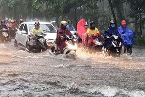 Nhiều tuyến đường TP Hồ Chí Minh thành sông sau cơn mưa lớn