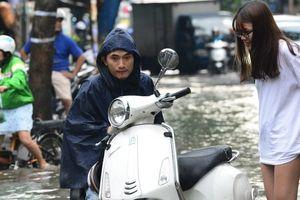 TP.HCM: Mưa như trút nước, đường phố thành sông