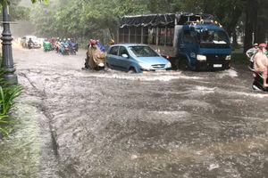Đường Sài Gòn ngập không lối thoát sau cơn mưa lớn