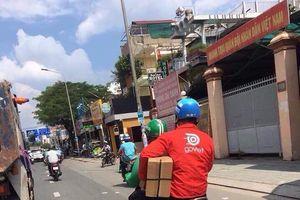 Thanh niên áo GrabBike đèo bạn áo Go Việt, đội mũ Uber