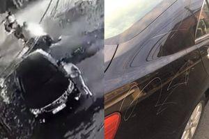 Người phụ nữ ăn mặc sang chảnh lén cào xước xe ô tô Camry trong đêm tối sau khi bị bắt lùi xe vì… đi ngược chiều