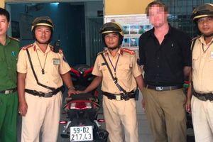 CSGT chặn bắt người nước ngoài chạy xe máy trộm cắp trên phố Sài Gòn