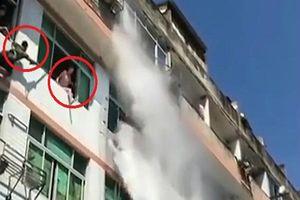 Cảnh sát cứu cô gái muốn nhảy lầu tự tử bằng cách xịt vòi rồng vào người