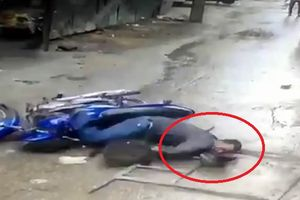 Clip: Hãi hùng khung sắt rơi từ tầng 4 'hạ gục' người đi xe máy