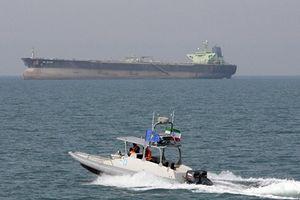 Khoảnh khắc tăng sức nóng ở vịnh Ba Tư khi dàn thuyền máy Iran nghênh chiến tàu sân bay Mỹ