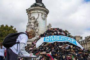 'Kim tự tháp' giày ở Pháp phản đối các vụ ném bom dân thường