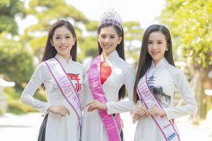 Hoa hậu Trần Tiểu Vy diện áo dài xinh như mộng, khoe dáng thon khi đứng cạnh loạt sumo tròn trịa