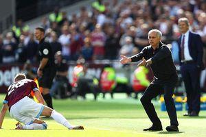 MU thua muối mặt: Hết chê bai học trò, Mourinho lại đổ lỗi cho trọng tài