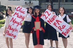 Lời chúc tốt nghiệp 'bá đạo' của hội bạn thân dành cho cô gái ế 22 năm