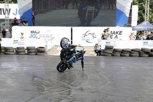 Màn stunt mạo hiểm khiến khán giả đứng tim tại BMW Joyfest