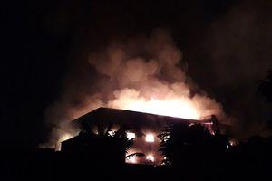 Xưởng gỗ rộng cả nghìn mét vuông đang cháy lớn