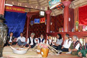 Người già Cơ Tu giữ gìn văn hóa truyền thống