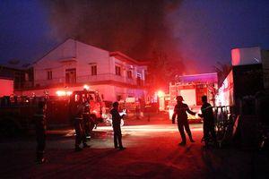 Lửa bùng cháy dữ dội tại công ty gỗ ở Bình Dương