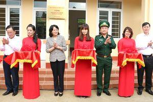 Khám bệnh, cấp thuốc miễn phí và tặng quà cho đồng bào ở khu vực biên giới Mộc Châu, Vân Hồ