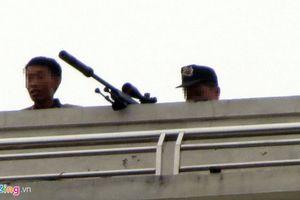 Trăm cảnh sát, lính bắn tỉa bao vây người đàn ông cố thủ