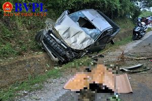 Xe mất lái rơi xuống mương nước, 2 người thương vong