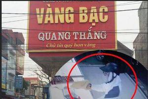 Clip: Giây phút giáp mặt đối tượng cướp tiệm vàng ở Nam Định