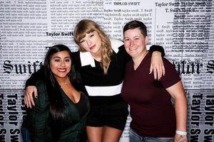 Khoảnh khắc Taylor Swift xúc động gặp lại cặp đôi đồng tính nữ mình đã 'se duyên' năm nào!