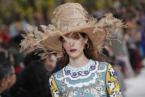 Mũ khủng lồ, mặt nạ siêu dị 'thổi bùng' Tuần lễ thời trang Paris