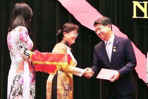 Tổng giám đốc Hanwha Life Việt Nam được trao tặng Huy hiệu Thành phố Hồ Chí Minh