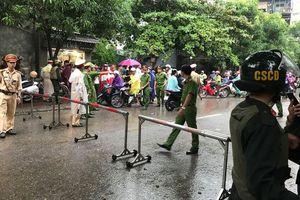 Cảnh sát vây bắt 2 đối tượng ôm vũ khí cố thủ trong nhà ở Nghệ An